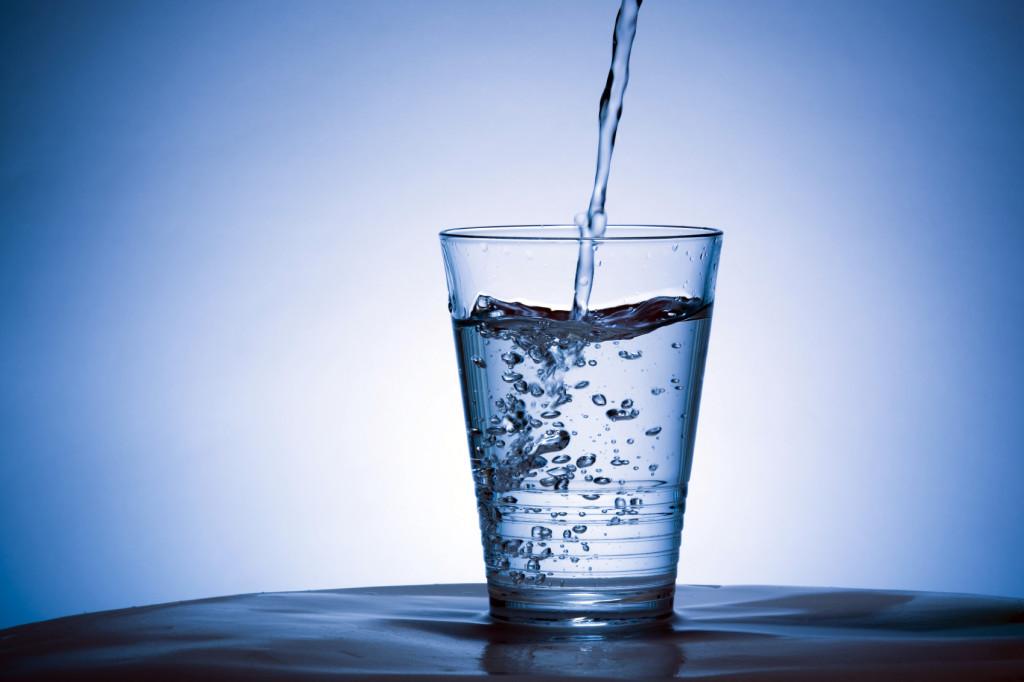 Чтобы избежать обезвоживания при рвоте необходимо пить много жидкости