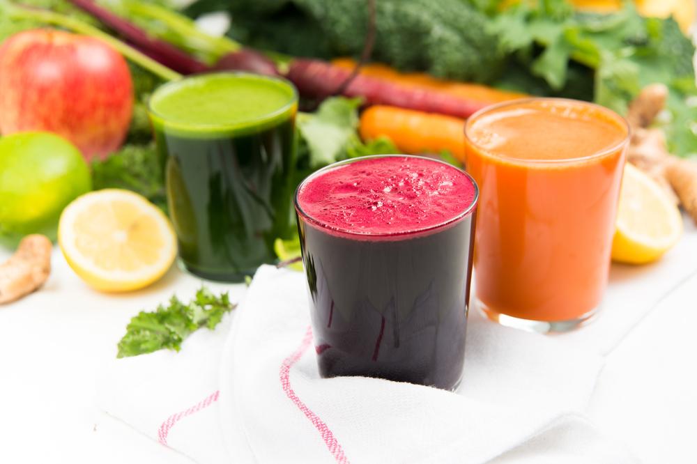Добавьте в свой рацион свежевыжатые фруктовые и овощные соки и вы сразу же почувствуете положительный результат