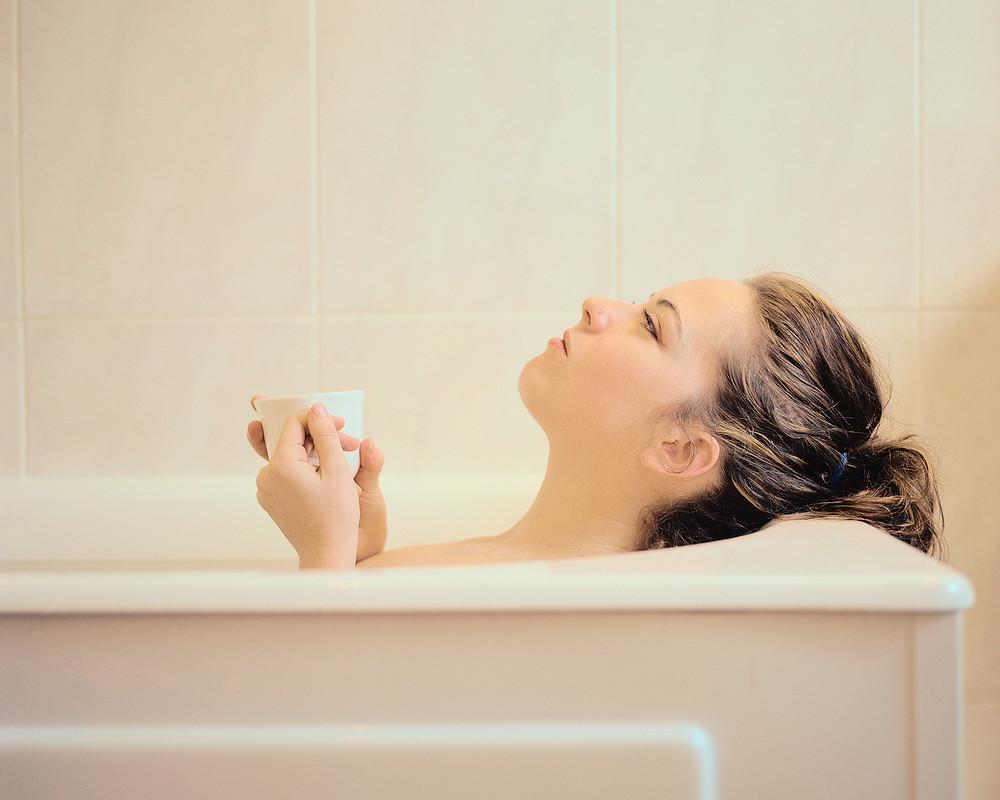 Первый способ поднять температуру - устроить больному теплую ванну