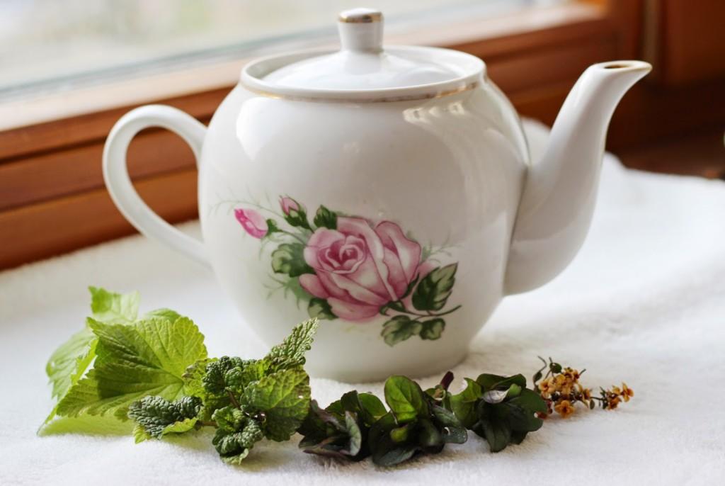 Чай из мяты и листьев смородины для лечения тонзиллита