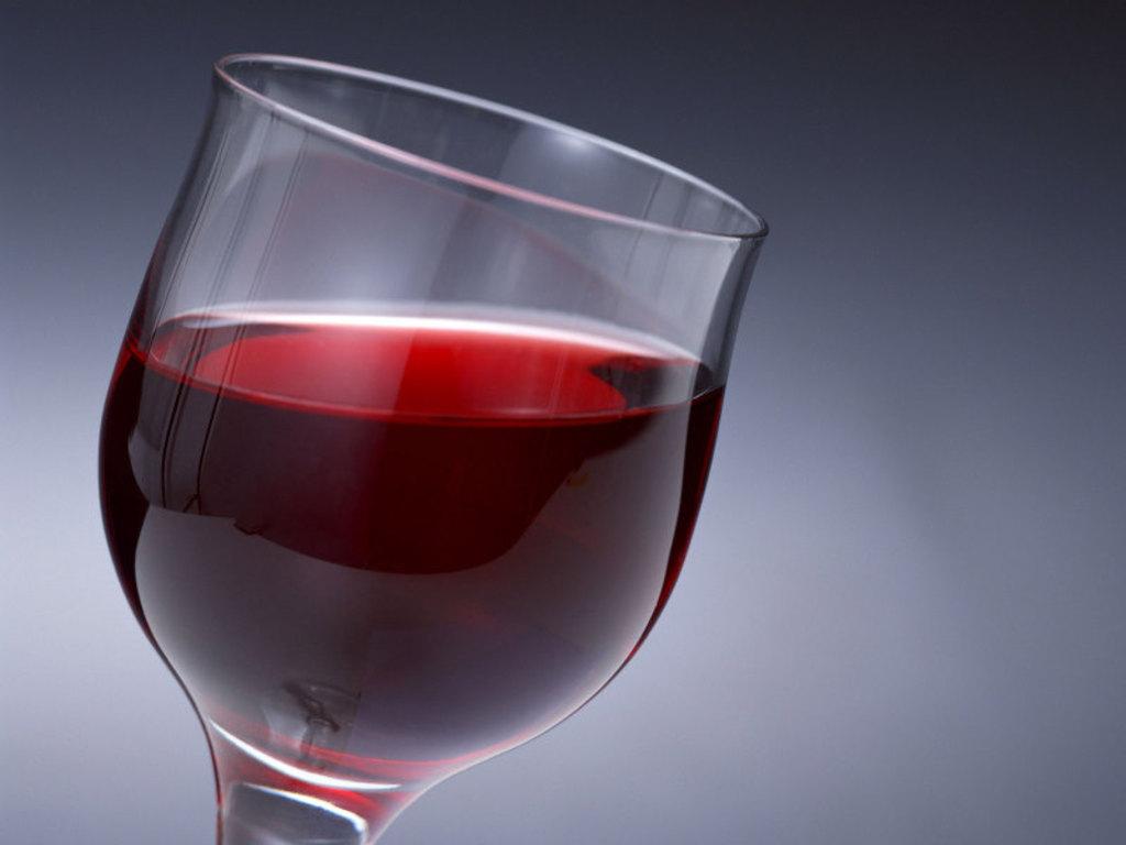 Красное вино, лук и сок листьев мать-и-мачехи для лечения тонзиллита