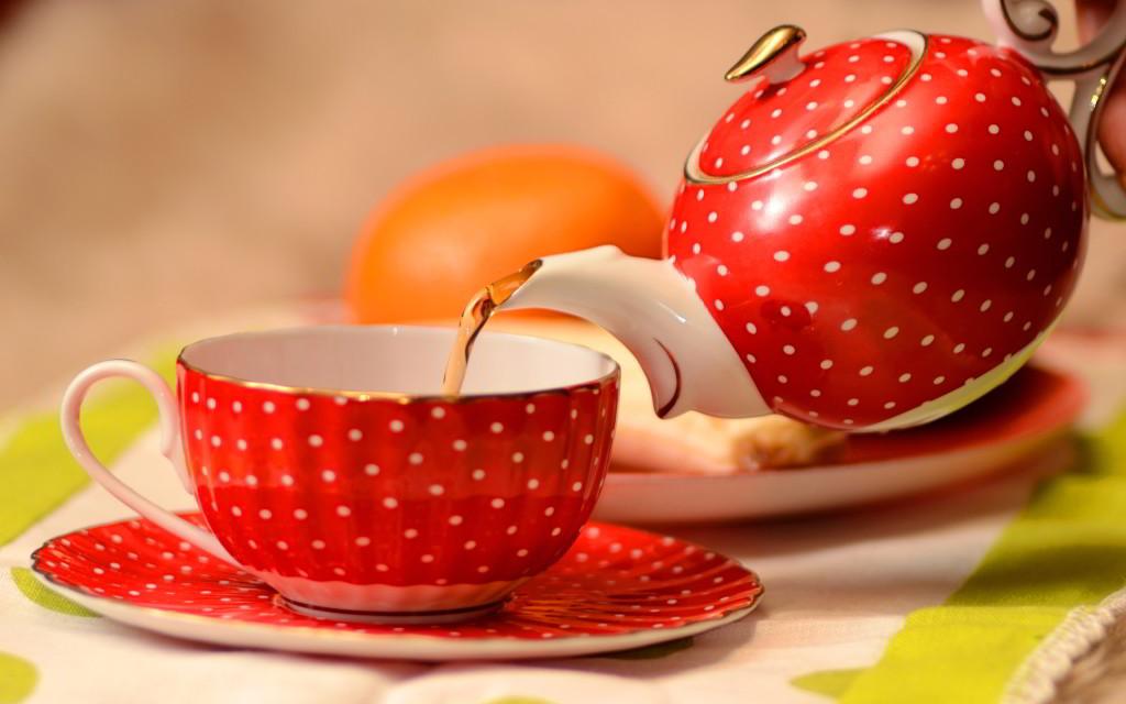 Второй способ - напоите горячим чаем