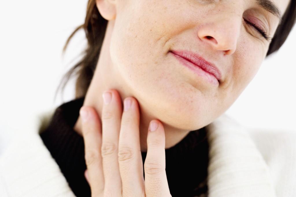 Главным и первым симптомом фарингита является сильное першение в горле