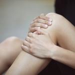 Вмятина на ноге ниже колена причины